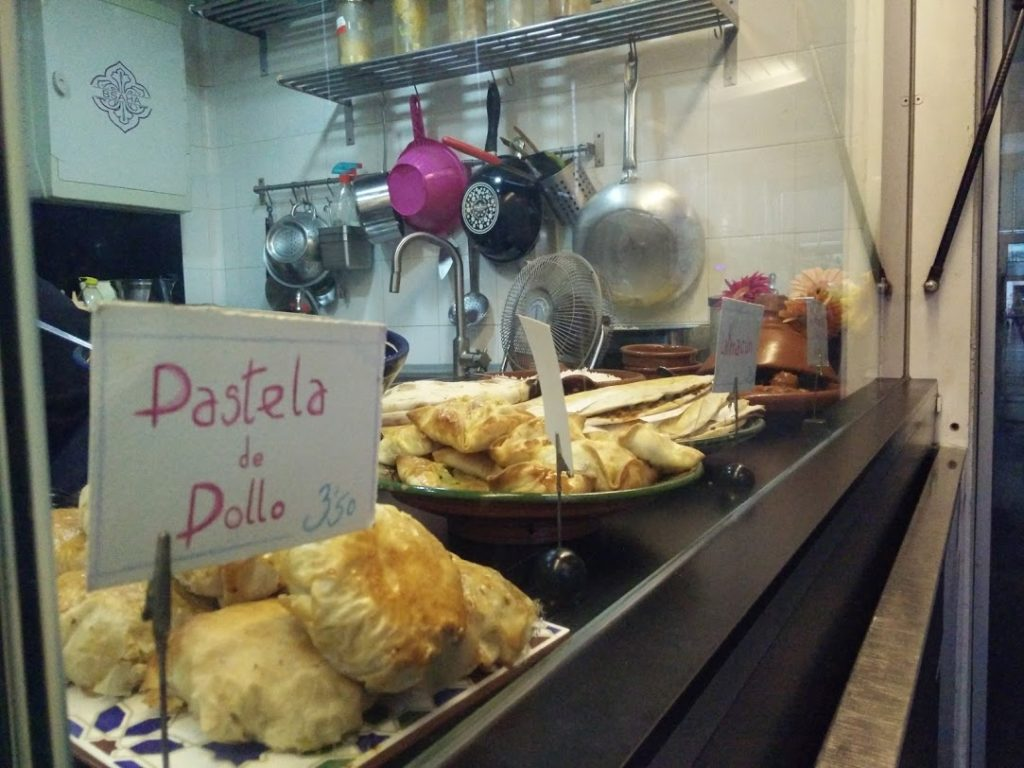 Pastelas y platos típicos árabes en el Mercado de Cádiz