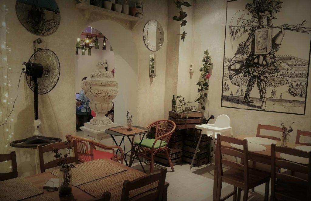 Uno de los salones de la Veganesa, donde sentarse a comer con amigos y tu mascota