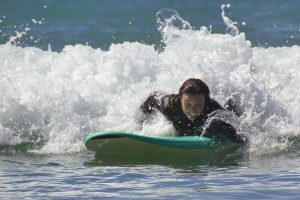 Chica surfeando una ola