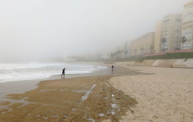Surferos en la playa de las mujeres